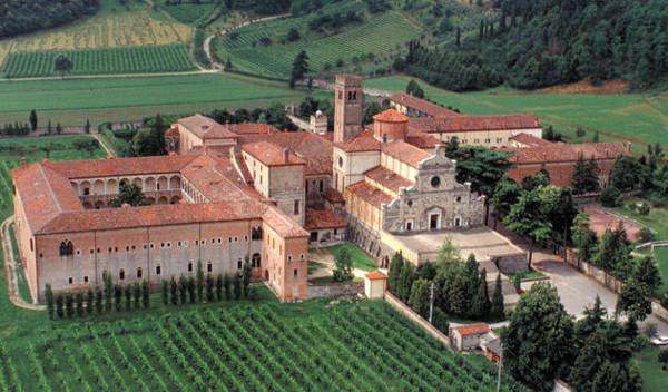 L' Abadia de Praglia, envoltada de jardins, conreus i prop del bosc, vista des de l'aire.