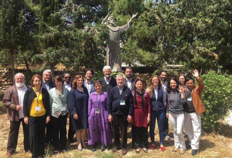 Els participants del Quart taller de la Iniciativa Delos en els jardins de la casa franciscana de recessos La Porziuncula, a  Baħar iċ-Ċagħaq.