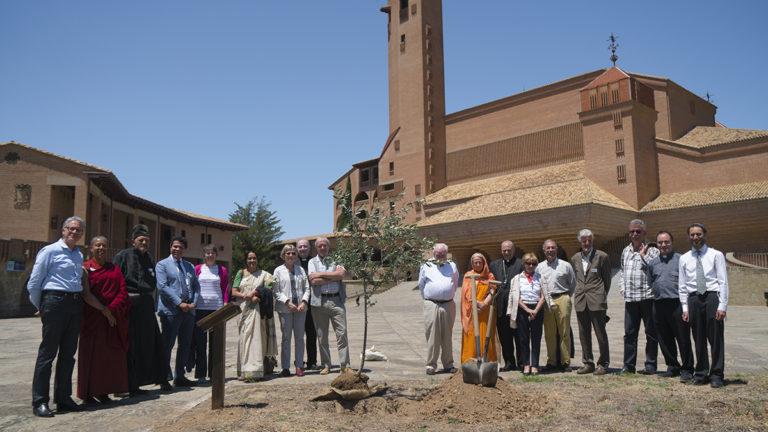 Plantada cerimonial d'un exemplar de varietat local d'olivera, com a símbol de la pau i concòrdia entre les religions i la ciencia, al santuari de Torreciudad, 2017