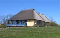 Edifici de l'Acadèmia Internacional per la Conservació de la Natura, construit seguint l'estil tradicional, amb teulat de palla, a l'illa de Vilm.