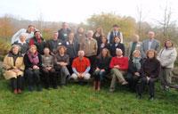 Participantes del taller, ante la sala de reuniones, cercana a un antiguo eremitorio medieval.