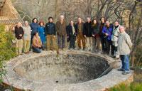 Els participants entorn d'un pou de glaç de La Pietat, antiga propietat de la Cartoixa d'Escaldei.