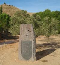 Monòlit basàltic amb una text del místic Francesc Palau
