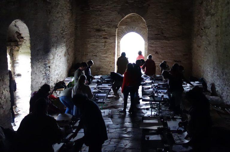 Taller de caligrafía china, desarrollado en silencio en la ermita de Santa Maria de la Serra, recientemente restaurada en las inmediaciones del pueblo de Farrera.