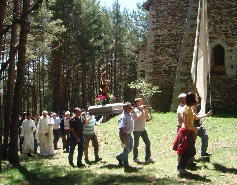 Aplec de Sant Joan de l'Erm. Processo de circumval·lació (levógira) de l'ermita amb la imatge del sant.